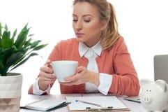 Donna di affari che ha una pausa caffè Fotografia Stock Libera da Diritti