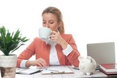 Donna di affari che ha una pausa caffè Fotografia Stock
