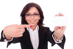Donna di affari che indica alla carta Immagine Stock