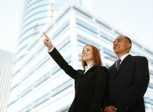 Donna di affari che indica a qualcosa Immagini Stock Libere da Diritti