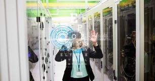 Donna di affari che indossa i vetri di VR con lo schermo virtuale in priorità alta Immagini Stock