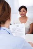 Donna di affari che intervista richiedente femminile Immagini Stock Libere da Diritti