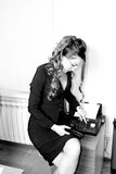 Donna di affari che invia via fax documento Fotografie Stock