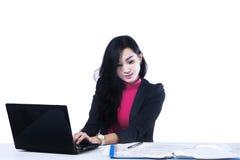 Donna di affari che lavora ad un computer portatile Immagine Stock Libera da Diritti