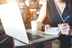 Donna di affari che lavora ad un computer portatile nell'ufficio Immagini Stock Libere da Diritti