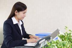 Donna di affari che lavora ad un computer portatile fotografia stock libera da diritti