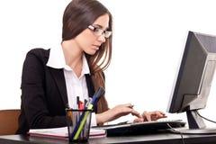 Donna di affari che lavora al calcolatore Immagine Stock