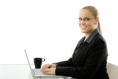 Donna di affari che lavora al calcolatore Immagini Stock