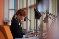 Donna di affari che lavora al computer all'ufficio Fotografia Stock