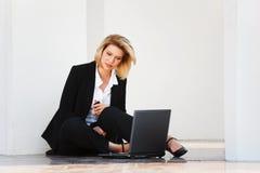 Donna di affari che lavora al computer portatile Immagine Stock