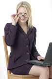 Donna di affari che lavora al computer portatile Fotografia Stock Libera da Diritti