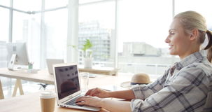 Donna di affari che lavora al computer portatile stock footage