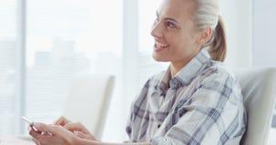 Donna di affari che lavora al computer portatile archivi video