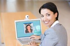 Donna di affari che lavora al computer portatile Immagine Stock Libera da Diritti