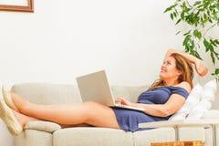 Donna di affari che lavora al computer portatile a casa Immagine Stock Libera da Diritti