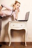 Donna di affari che lavora al computer portatile del computer Immagini Stock Libere da Diritti