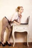 Donna di affari che lavora al computer portatile del computer Fotografie Stock Libere da Diritti
