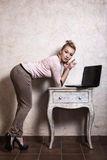 Donna di affari che lavora al computer portatile del computer Immagine Stock Libera da Diritti