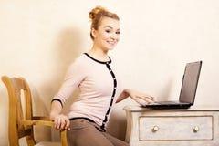 Donna di affari che lavora al computer portatile del computer Immagini Stock