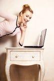 Donna di affari che lavora al computer portatile del computer Fotografie Stock