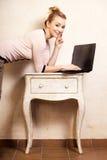 Donna di affari che lavora al computer portatile del computer Immagine Stock