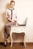 Donna di affari che lavora al computer portatile del computer Fotografia Stock Libera da Diritti