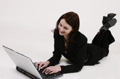 Donna di affari che lavora al suo calcolatore Immagini Stock Libere da Diritti