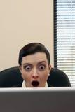 Donna di affari che lavora al suo computer portatile Fotografia Stock Libera da Diritti