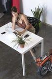 Donna di affari che lavora al suo computer portatile sul lavoro Fotografia Stock