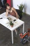 Donna di affari che lavora al suo computer portatile sul lavoro Fotografia Stock Libera da Diritti