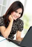 Donna di affari che lavora al suo ufficio Immagine Stock