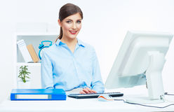 Donna di affari che lavora all'ufficio. Giovane modello femminile Fotografia Stock Libera da Diritti