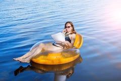Donna di affari che lavora alla vacanza, lavoro a distanza fotografia stock libera da diritti