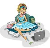 Donna di affari che lavora a casa via Internet Immagini Stock