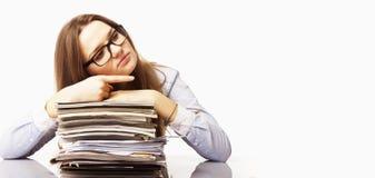 Donna di affari che lavora con i documenti nell'indicare del posto di lavoro Fotografia Stock