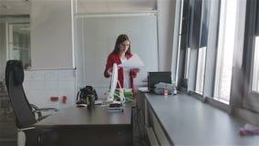 Donna di affari che lavora con i documenti nell'ufficio archivi video