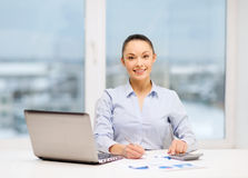Donna di affari che lavora con i documenti in ufficio immagine stock