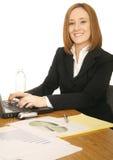 Donna di affari che lavora con il calcolatore Immagini Stock
