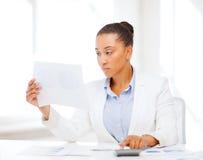 Donna di affari che lavora con il calcolatore in ufficio Fotografia Stock Libera da Diritti