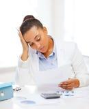 Donna di affari che lavora con il calcolatore in ufficio Immagini Stock Libere da Diritti