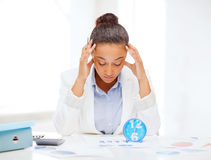 Donna di affari che lavora con il calcolatore in ufficio Immagini Stock