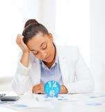 Donna di affari che lavora con il calcolatore in ufficio Fotografia Stock