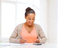 Donna di affari che lavora con il calcolatore in ufficio Fotografie Stock Libere da Diritti