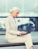 Donna di affari che lavora con il computer portatile all'aperto Fotografia Stock