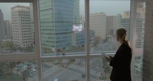 Donna di affari che lavora con il cuscinetto dalla finestra Seoul, il Sud Corea archivi video