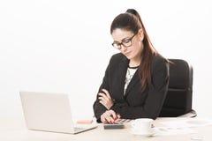 Donna di affari che lavora con il documento in ufficio Fotografia Stock Libera da Diritti