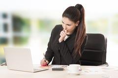 Donna di affari che lavora con il documento in ufficio Immagini Stock