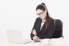 Donna di affari che lavora con il documento in ufficio Fotografia Stock