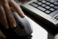 Donna di affari che lavora con il mouse del calcolatore. Fotografia Stock Libera da Diritti