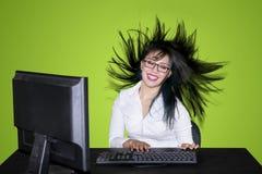 Donna di affari che lavora con il suo salto dei capelli immagini stock